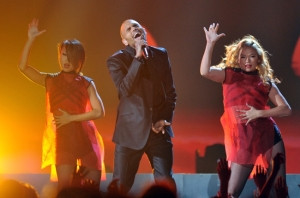 chris_brown_performs_c_bbma_2013_650x430